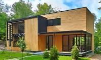 O faţadă din lemn natur aduce această casă mai aproape de natura înconjuratoare Volumul geometric si