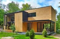 O faţadă din lemn natur aduce această casă mai aproape de natura înconjuratoare