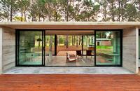 Casa argentiniana din beton amprentat si sticla