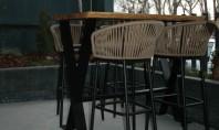 Decor modern cu accente pescărești elegante la restaurantul Bone București Spațiul generos delimitat în zone de