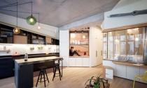 Doi designeri de interior și-au făcut o locuință luminoasă dintr-un garaj vechi din Paris