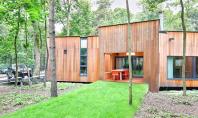 O casa construita in jurul copacilor existenti Protejata de vegetatia unei gradini urbane de langa Varsovia