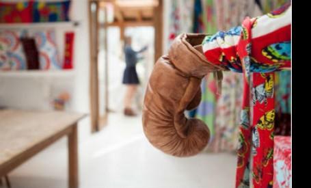 Atelier de creatie amenajat intr-o combinatie inspirata de culori indraznete