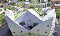 O casa cu acoperis care se deschide asemeni unei flori Echipa de la IROJE KHM Architects