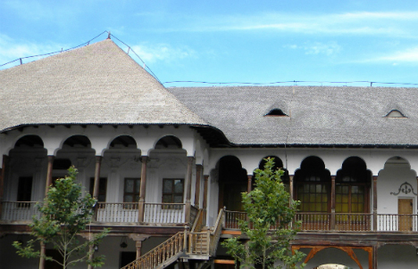 Hanul lui Manuc: restaurare cu lemn si piatra naturala