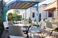 Mobilierul de terasă, esențial pentru a te bucura de localul preferat și de primăvară fără compromisuri Terasa este modul sigur prin care impaci vremea cu soare care nu te lasa sa stai in casa cu bucataria excelenta si ambianta deosebita a localurilor.