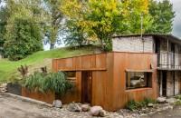 Un garaj a fost transformat într-un studio de 21 de metri pătrați îmbrăcat în oțel corten