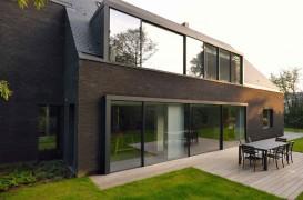 O casa din caramida neagra renovata pentru o noua viata