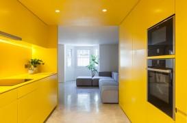 O bucătărie complet galbenă care luminează întreaga locuință