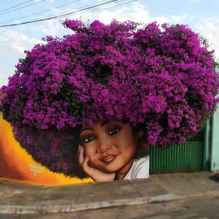 Un artist stradal integrează coroanele arborilor în portretele sale poetice