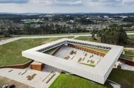 Arhitectura suspendata a Parcului Tehnologic Obidos incadreaza peisajul portughez