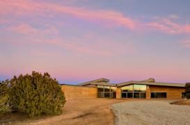 O casa cu pereti din pamant compactat se pierde printre dealurile din Santa Fe