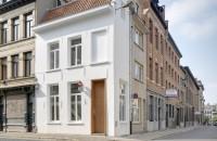 """O casă seculară îngustă a devenit un hotel cu o singură cameră  Casa veche de 400 de ani este situata pe colt in centrul istoric din Antwerpen, Belgia, si este inconjurata de alte case """"skinny"""". Cladirea de trei etaje are"""
