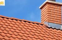 Izolația acoperișului Chiar dacă țigla sau alt sistem de acoperiș protejează straturile inferioare ale unui acoperiș, acestea nu sunt suficiente. Vântul puternic, ploile abundente, grindina sau alți factori externi sunt elemente care în timp pot afecta structura acoperișului și în consecință integritatea construcției.