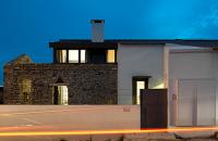 Casa Cabrela, locuinta moderna invaluie ruinele din piatra