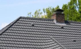 Dispozitive si accesorii speciale pentru montarea panourilor solare pe invelitorile cu tigla metalica cu acoperire de piatra naturala Decra ICOPAL