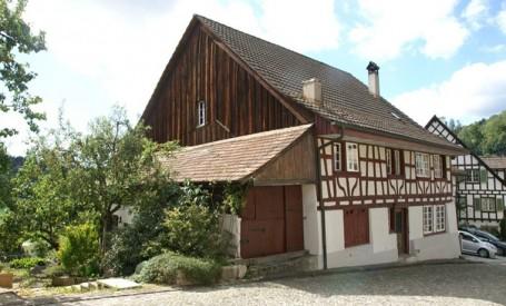 Casa din lemn refacuta pentru a avea o estetica moderna