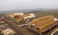 Sute de voluntari construiesc la Cumpăna opt case pentru familii nevoiașe în numai cinci zile In