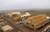 Sute de voluntari construiesc la Cumpăna opt case pentru familii nevoiașe, în numai cinci zile