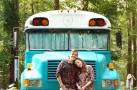 Un vechi autobuz scolar convertit intr-o locuinta confortabila pe roti
