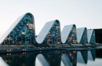 """Vine Valul! Spectaculoasa clădire """"The Wave"""" a fost finalizată Lucrarile la cladirea situata in orasul danez Vejle, pe malul unui fiord, au inceput in 2006, dar au fost sistate doi ani mai tarziu, pe fondul crizei"""