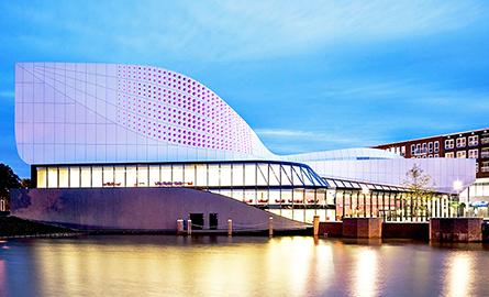 Cladirea stralucitoare a teatrului Stoep din Olanda a fost finalizata