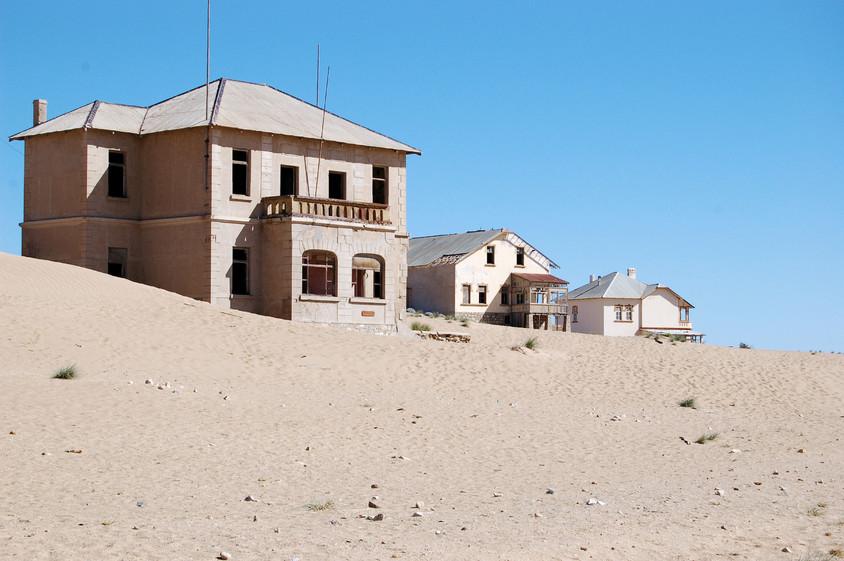 Construcții semețe cu ani în urmă, abandonate de om și revendicate de natură