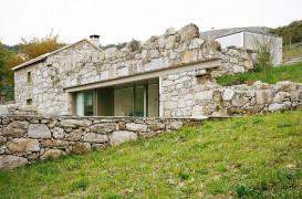 Ruine transformate într-o casă minimalistă şi plăcută