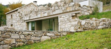Ruine transformate intr-o casa minimalista si placuta