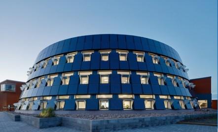 Anvelopanta unei cladiri circulare, realizata din panouri solare
