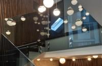 Utilizarea balustradelor din sticlă, atât la interior, cât și la exterior