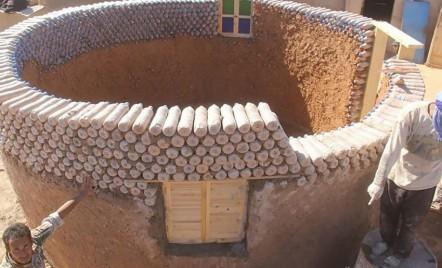 Case din sticle de plastic pentru refugiații din Algeria
