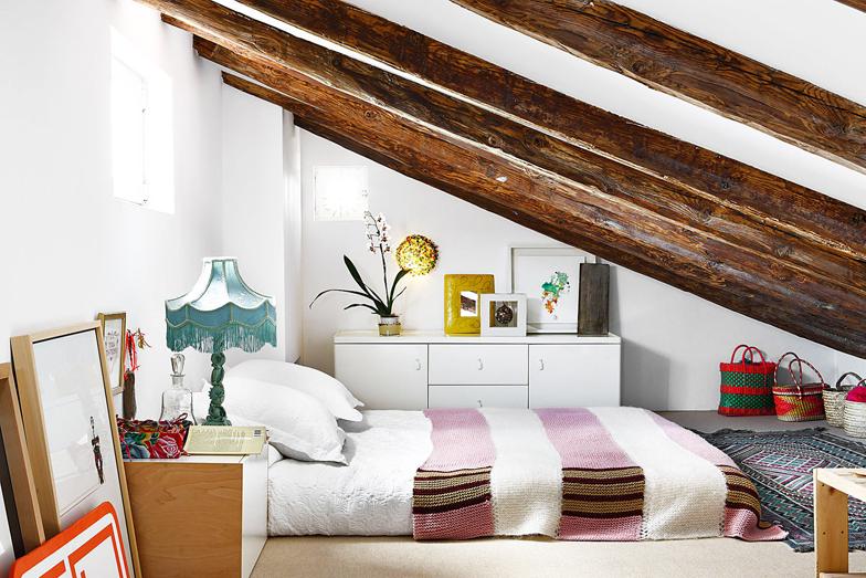 Dormitoare amenajate în spațiile atipice ale mansardelor