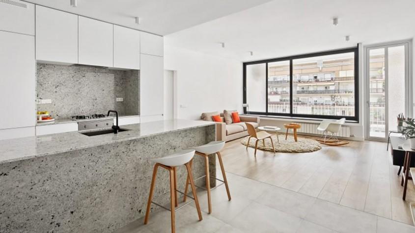 Un apartament amenajat cu granit gri și ziduri albe stălucitoare