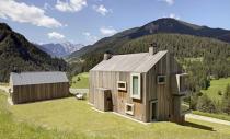 Casa Pre de Sura, volum monolit si ferestre orientate spre munti