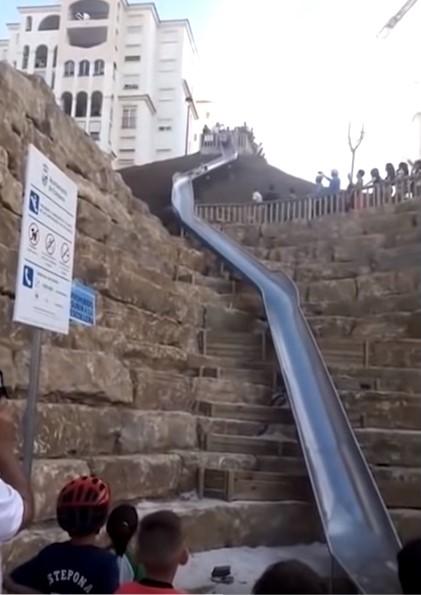 Un oraș a instalat un tobogan care scurtează distanța dintre două străzi (Video)