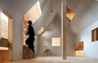 O casa cu interioare interesante ascunse sub anvelopanta unui cub metalic