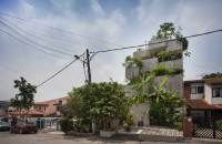 Casa-jardinieră în care proprietarii cresc zeci de specii de plante comestibile  Construita pentru un cuplu de pensionari pasionati de gradinarit in climatul tropical specific capitalei Malaeziei, Planter Box House este practic formata din