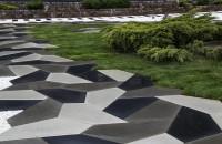 Recomandarile Symmetrica: Cum sa amenajezi corect o gradina, indiferent de dimensiuni Symmetrica, liderul pietei locale de pavele si borduri, propune cateva lucruri de care trebuie tinut cont pentru crearea unui ambient cat mai placut in amenajarea gradinii.
