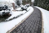 O curte pavată trece cu bine peste iarnă