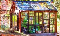 Un artist a ridicat o coliba cu vitralii in mijlocul padurii