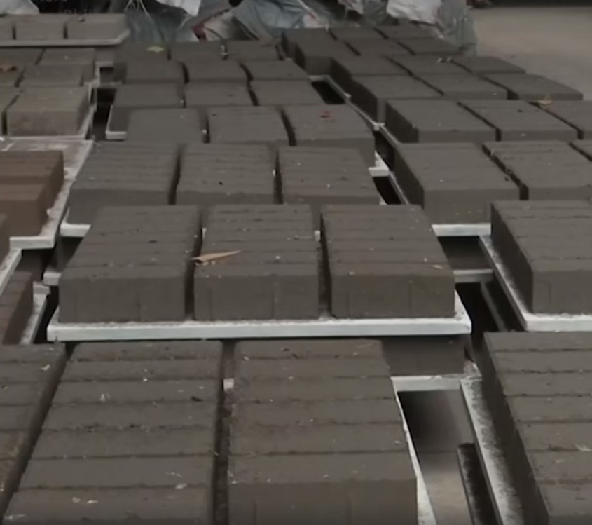 Un oraș din Filipine face cărămizi din cenușa în care a fost acoperit după erupția vulcanului