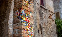 Acest artist repară clădiri în paragină din întreaga lume cu piese Lego (Foto) Ziduri si