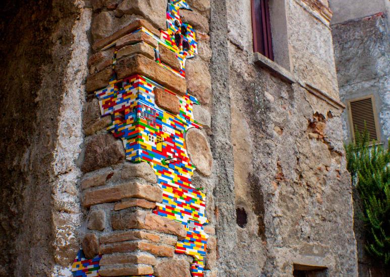 Acest artist repară clădiri în paragină din întreaga lume cu piese Lego (Foto)