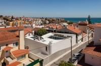 O casa ca o fortareata cu o generoasa curte interioara Exteriorul masiv al acestei case din Portugalia da impresia unei fortarete, care mascheaza complet interioarele luminoase si aerisite pe care le ofera.