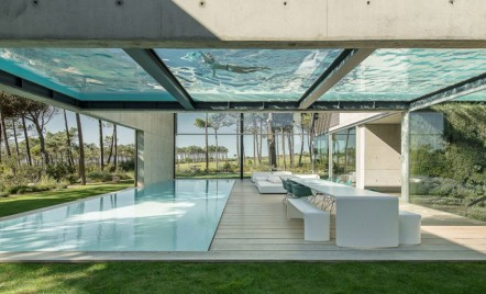 O casă cu două piscine, una deasupra celeilalte