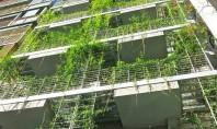 Un hotel invaluit in peste 800 de varietati de plante Proiectat de arhitectul local Mario Cito, hotelul de lux este amplasat intr-o veche tipografie. Constructia eficienta energetic a fost infasurata intr-o gradina verticala cu peste 800 de specii de plante.
