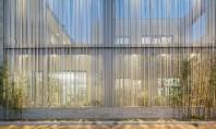 Zeci de bare din inox protejează spațiile de zi și grădinile casei Aceasta casa a fost proiectata pentru un beneficiar pasionat de gradinarit si care dorea sa aiba mai multe spatii exterioare, o provocare pentru un teren