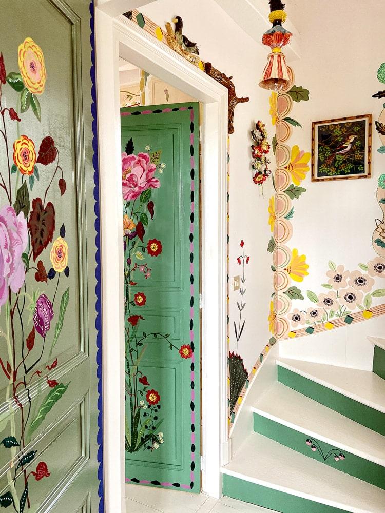 O artistă în autoizolare şi-a transformat casa într-un tărâm de poveste
