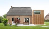O casa din caramida isi extinde spatiile cu un volum imbracat in lemn Casa AND din